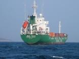 大韓民国のコンテナ船かな 比田勝港出入り口に停泊中 出港の時 びっくり