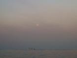 1月29日 西の空 月が沈みます 船はうねりで (沈みます) 消えそう