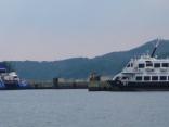 ビートルとオーシャンフラワーが 比田勝港 網代の岸壁へ接岸中