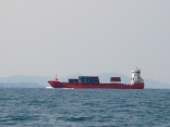 赤が鮮やかなコンテナ船?