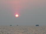 日の出 イカ釣り船が帰港 本船 一重だしポイントへ出船