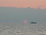 日の出です 水平線に 雲があり