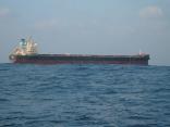 すぐ近くを  外国船が通過します