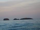 左側 北 西から東向きへ撮影 夕日があたる 日本最西端 三つ島灯台