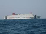いつもの釜山行のカーフェリー本船の灘を通過中
