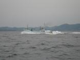 巻き網船が 魚を満船して 唐津の市場(?)まで全速力で向っています
