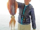 湾内ティップランで2.3㎏を釣り上げた宮田さん