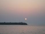 比田勝港出口の防波堤 いい凪です