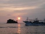 日の出と共にイカ釣り船が帰港です
