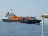 外国船のコンテナ船が近くを通過します