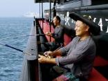 釣りをする船長とスタッフ
