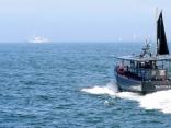 大阪湾を疾走する釣り船DAIYUMARU