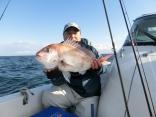 60cmのマダイを釣り上げた青森の村上さんです。