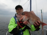 次も早坂さんでドラゴンネイルで釣り上げた60cmのまだいです