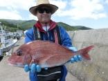 58cmのマダイを釣り上げた青森市の見世さんです。
