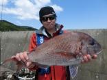 60cmのマダイを釣り上げた久慈市の廣崎さんです。