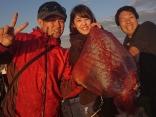 ソデイカ釣り初挑戦の女性に大物ヒット‼